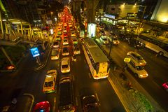Ruchu drogowego dżem w centrum miasta przy nocą Bangkok ruchu drogowego problem dostaje zły Zdjęcia Stock
