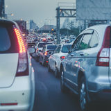 Ruchu drogowego dżem z rzędem samochód na ekspresowym sposobie przed nocą Fotografia Stock