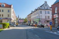 Ruchu drogowego dżem w centrum miasta Ostroda W Polska zdjęcie stock