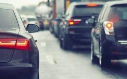 Ruchu drogowego dżemu samochody czeka na ruchliwie drodze Zdjęcie Royalty Free