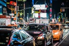 Ruchu drogowego i koloru żółtego Hybrydowe taksówki w times square przy nocą, Manhatt Zdjęcie Royalty Free