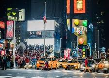 Ruchu drogowego i koloru żółtego Hybrydowe taksówki w times square przy nocą, Manhatt Obraz Royalty Free