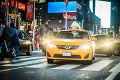 Ruchu drogowego i koloru żółtego Hybrydowe taksówki w times square przy nocą, Manhatt Zdjęcie Stock
