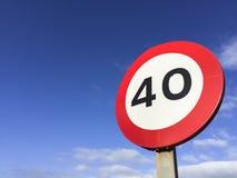 Ruchu drogowego kierunkowskazu prędkości ograniczenie czterdzieści obraz stock