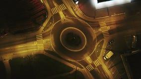 Ruchu drogowego okrąg z drogowym kółkowym skrzyżowaniem przy nocą zbiory