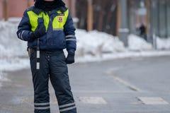 Ruchu drogowego policjant na obowiązku przy zimą Zdjęcia Royalty Free