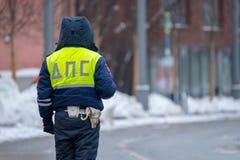 Ruchu drogowego policjant na obowiązku przy zimą Fotografia Royalty Free