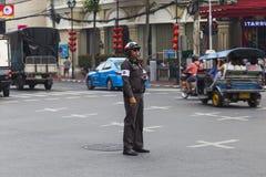 Ruchu drogowego policjant na ulicie bangkok Chinatown Zdjęcie Stock