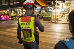Ruchu drogowego policjant na zwyczajnym skrzyżowaniu Chinatown w Bangk Zdjęcia Royalty Free