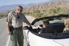Ruchu drogowego policjant Sprawdza mężczyzna licencja zdjęcie stock