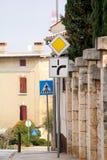 Ruchu drogowego znak, Drogowi znaki lub symbol na ulicznej synklinie w/mieście, ruchu drogowego sygnalizować i symbolach/Kamienna Obrazy Stock