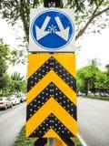 Ruchu drogowego znak na drodze Zdjęcia Royalty Free