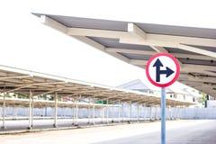 Ruchu drogowego znak na pustym samochodowym parking z dachem Obrazy Stock
