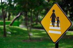 Ruchu drogowego znak na roweru pasie ruchu w parkowym mieście Zdjęcie Stock