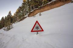 Ruchu drogowego znak ostrzega śnieg i lód przy drogą obrazy royalty free