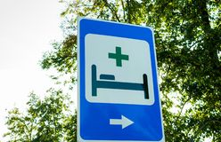 Ruchu drogowego znaka szpital i nagły wypadek pomoc medyczna fotografia royalty free