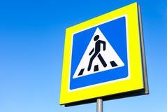 Ruchu drogowego znaka zwyczajny skrzyżowanie z niebieskim niebem Fotografia Stock