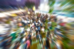 Ruchu promieniomierza plama o ludziach łączył plenerowego koncert przy nocą zdjęcia stock