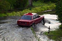 Ruchu samochodu deszczu duża kałuża wodna kiść obrazy stock
