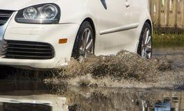 Ruchu samochodu deszczu duża kałuża wodna kiść od kół zdjęcia stock