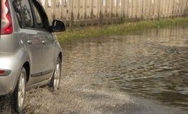 Ruchu samochodu deszczu duża kałuża wodna kiść od kół zdjęcie royalty free