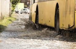 Ruchu samochodu deszczu duża kałuża wodna kiść od kół zdjęcie stock