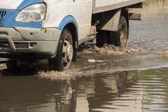 Ruchu samochodu deszczu duża kałuża wodna kiść od kół obrazy royalty free