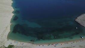 Rucica海滩鸟瞰图在Pag海岛, Metajna,克罗地亚上的 从上面被看见的海底和海滩,沐浴者,夏天 影视素材