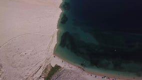 Rucica海滩鸟瞰图在Pag海岛, Metajna,克罗地亚上的 被看见的海底和海滩从上面,沐浴者、放松和夏天holi 股票视频