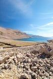 Rucica wyrzucać na brzeg widok na wyspie Pag w Chorwacja zdjęcia stock