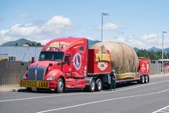 Ruck gefälschte Rieseidaho-Kartoffel tragend lizenzfreie stockfotografie