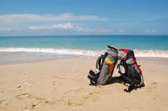 Rucksäcke auf dem Strand Lizenzfreies Stockfoto