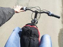 Rucksack auf dem Fahrrad Stockbild