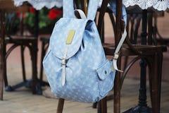 Rucksack auf dem Stuhl des Cafés Stockfoto