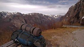 Rucksack in den Bergen Stockbilder