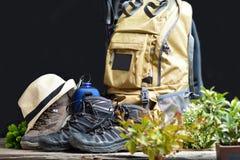 Rucksack, der mit Stiefeln des Berges wandert Stockfotografie