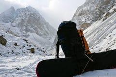 Rucksack in der schneebedeckten Schlucht Lizenzfreies Stockfoto