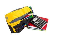 Rucksack mit Schulezubehör auf Weiß Lizenzfreie Stockbilder