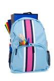 Rucksack mit Schulezubehör auf Weiß Stockfotografie