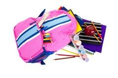 Rucksack mit Schulezubehör auf Weiß Stockfoto