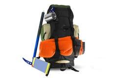 Rucksack mit touristischer Ausrüstung auf Weiß Lizenzfreies Stockbild