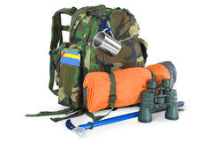 Rucksack mit touristischer Ausrüstung auf Weiß Stockfotos