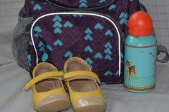 Rucksack, Schuhe und Flasche stockbild