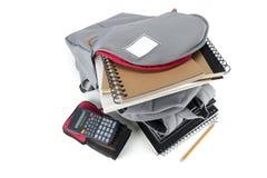 Rucksack voll Schulezubehör Auf weißem Hintergrund Stockfoto
