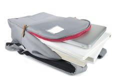 Rucksack voll Schulezubehör Auf weißem Hintergrund Stockfotos