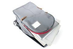 Rucksack voll Schulezubehör Auf weißem Hintergrund Lizenzfreie Stockfotografie