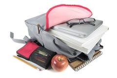 Rucksack voll Schulezubehör Auf weißem Hintergrund Stockbild