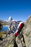 Rucksack vor dem Matterhorn Lizenzfreies Stockfoto