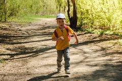 Rucksackkind, das Sommergrün wandert Wiese stockfotos