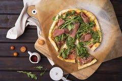 Rucola e pizza di prosciutto di Parma fotografie stock libere da diritti